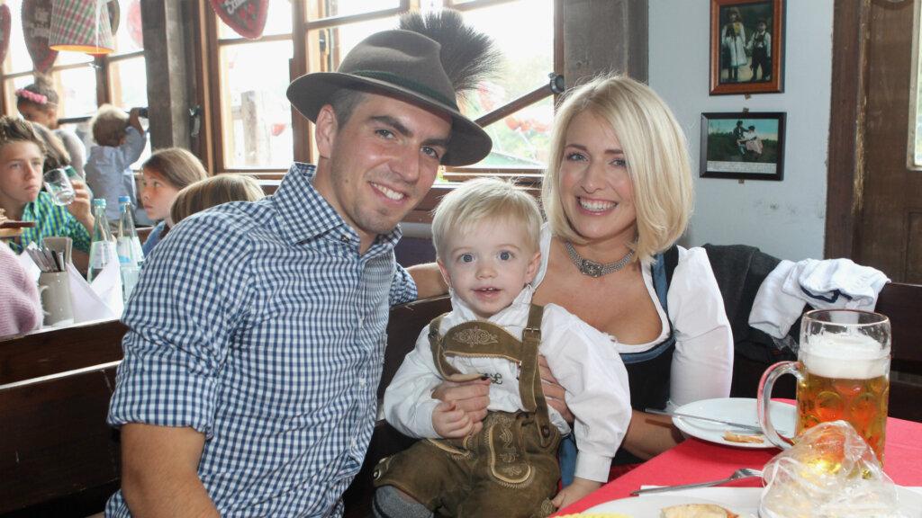 Филипп Лам с женой и ребенком