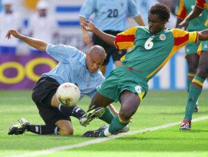 Сенегал - Уругвай (2002): борьба за мяч
