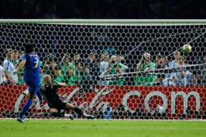 Фабио Гроссо забивает пенальти в финале ЧМ-2006